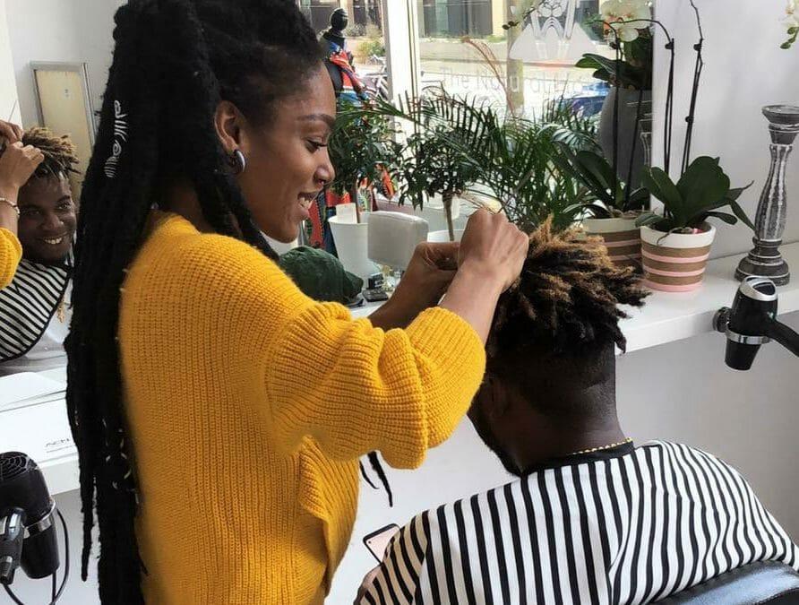 Glynis is er klaar voor om haar kennis over natuurlijke haarverzorging door te geven